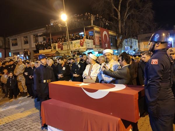 Foto - Şehit Piyade Uzman Onbaşı Osman Ak için Silifke ilçesindeki Göksu Park Anıt Meydanı'nda düzenlenen törene şehidin ailesi ve yakınlarının yanı sıra Kültür ve Turizm Bakan Yardımcısı Ahmet Misbah Demircan, Silifke Kaymakamı Ersin Emiroğlu ve çok sayıda kişi katıldı. <br> Törene askeri üniformayla katılan şehidin Ankara'da görev yapan ağabeyi Uzman Çavuş Coşkun Ak, kardeşini asker selamıyla uğurladı. Şehidin babası Muhammet, annesi Meral ve kardeşini, Bakan Yardımcısı Demircan ve yakınları teskin etti. Kılınan cenaze namazının ardından Ak'ın naaşı, Yeğenli Mezarlığı'nda defnedildi.