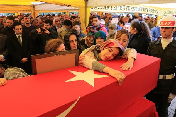 Foto - ANTALYA <br> Suriye'nin İdlib kentinde Esed rejimi unsurlarının hava saldırısı sonucu şehit olan Piyade Uzman Onbaşı Turgut Burkay Korkmaz'ın cenazesi, memleketi Antalya'da toprağa verildi. Akdeniz Üniversitesi Hastanesi morgundan askeri yetkililer tarafından alınan şehit Korkmaz'ın Türk bayrağına sarılı tabutu, Finike ilçesi Turunçova Mahallesi'ndeki babaevine getirildi.