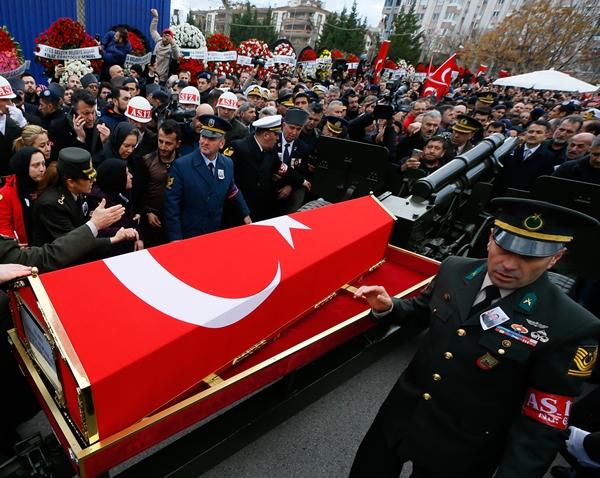 Foto - Şehidin babası Şuayip, annesi Gülten ve kardeşleri, yakınları tarafından teskin edildi. İl Müftüsü Şaban Kondi'nin kıldırdığı cenaze namazının ardından Tüzel'in naaşı, Alibeyli Mezarlığı'na defnedildi. Şehit Tüzel'in 6 kardeşi olduğu öğrenildi.