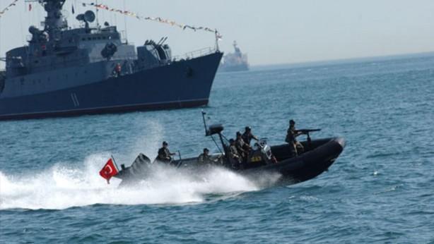 """Foto - Türk Deniz Kuvvetleri Seyir Hidrografi Ve Oşinografi Dairesi Başkanlığı (SHOD) İzmir İstasyonun'dan yayınlanan Navteks'lerde Lozan Anlaşmasına gönderme yapılarak şu ifadeler kullanıldı: """"İpsara Adası'nın, 1923 Lozan Barış Antlaşması ile belirlenen gayri askeri statüsü ihlal edilmiştir. Uluslararası hukuk kuralları gereği gayri askeri statüdeki adanın askeri maksatlı kullanımı kabul edilemez. Sakız ve Sisam adalarının 1923 Lozan Barış Antlaşması ile belirlenen gayri askeri statüsü ihlal edilmiştir."""""""