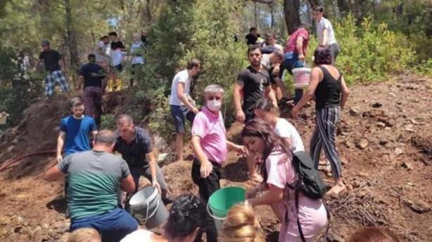 Foto - Mersin'in Silifke ilçesinde çıkan yangına vatandaşlar, traktör ve hafif ticari araçlarıyla su taşıyarak destek verdi.