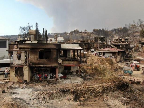 Foto - Antalya'nın Manavgat ilçesinde çıkan yangında ilk günde alevlerin esiri olan bir çok evin yandığı Kalemler Mahallesi havadan drone ile görüntüledi.