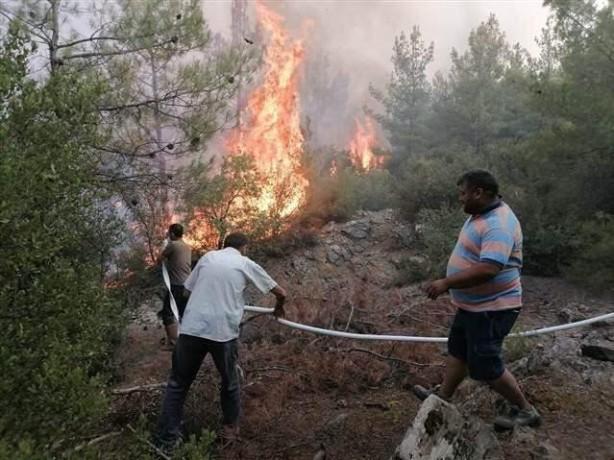 Foto - Aydın'ın Bozdoğan ilçesinde çıkan orman yangınına Orman İşletme Müdürlüğüne bağlı arazözler ve Bozdoğan Belediyesine ait iş makineleriyle müdahale ediliyor. Bölgedeki vatandaşlar da söndürme çalışmalarına destek veriyor.