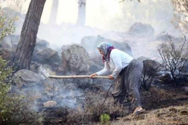 Foto - Vardiyalı olarak alevlere su tutan vatandaşlar, kazma ve kürekleriyle de yangının yayılmasını engellemeye çalıştı.