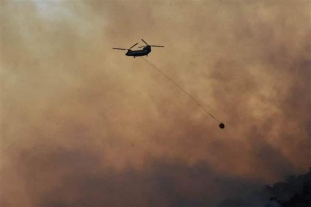 Foto - Yangınlara havadan da uçak ve helikopterlerle müdahale sürüyor.
