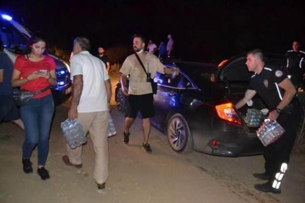Foto - Manisa'nın Salihli ilçesinde çıkan orman yangınında 10 dönümlük alan zarar gördü. Yangını söndürmek için vatandaşlar da su şişeleriyle yardıma koştu.