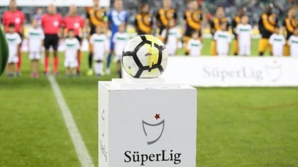 Foto - UEFA bu konuyla ilgili çalışmalara başladığı zaman bazı ülkeler kendi çalışmalarını bir hazırlık, bir referans olması açısından gönderdiler. Ben de onlar gönderdikçe o bilgileri toplayarak aşağı yukarı her ülkenin diğerinde olmayanını katarak bir kompozisyon yapma yoluna gittik.