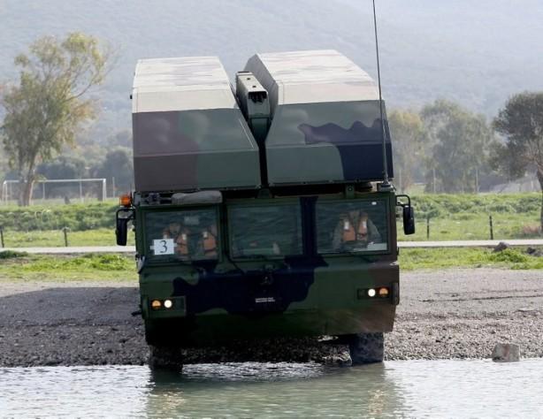 Foto - 12 adet SAMUR Sistemi bir araya gelerek 150 m uzunluğunda bir köprü oluşturmakta ve araçların kıyılar arası geçişine olanak sağlamaktadır.