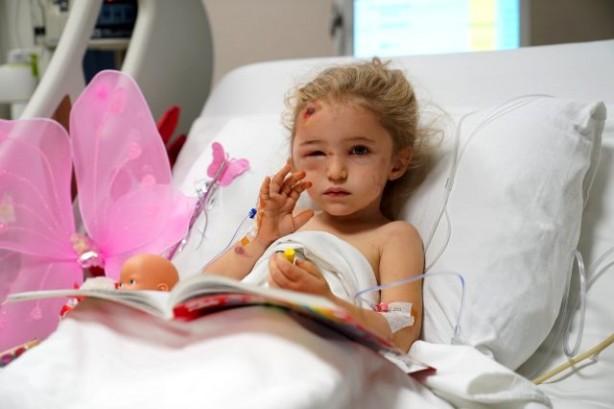 Foto - Hastaneden gelen yeni fotoğraflarda minik Elif'in tedavisi sürerken bir yandan oyuncaklarıyla oynayıp bir yandan da boyama yaptığı görüldü.