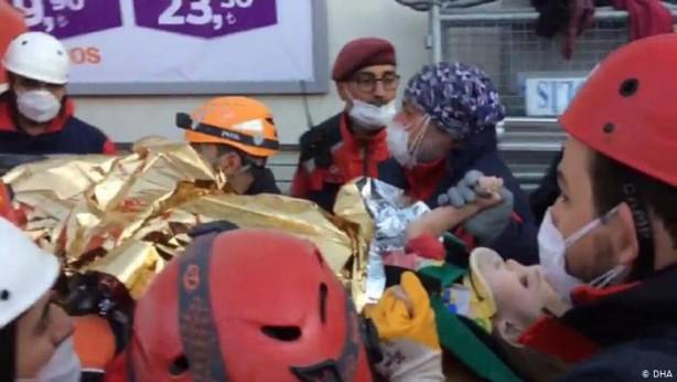 Foto - 65 saat sonra enkazdan kurtarılan Elif, kendini kurtaran ekibin parmağına sımsıkı sarılmıştı. O görüntüler ise tüm Türkiye'yi hüzne boğmuştu.