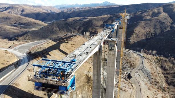 Foto - Viyadük, 12,50 metre gabarili çift yol platformunda inşa edilerek duble gidiş-geliş yol özelliğiyle faaliyet gösterecek. 42 ila 166 metrelik 8 orta ayak üzerinde inşa edilecek viyadük, bu özelliğiyle