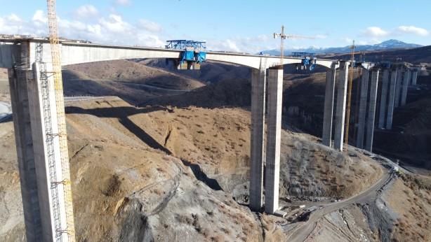 Foto - Hadim Devlet Yolu'nun Eğiste Deresi geçişinde halihazırda kullanılan yolda yapımı devam eden viyadük, 4 bin 400 metre uzunluğundaki kesiminin yüzde 8 olan boyuna eğimini yüzde 2,30 mertebesine düşürecek.