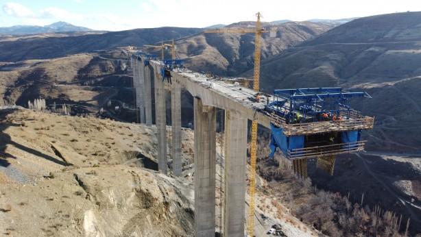 Foto - Konya-Hadim-Taşkent ile Karaman'ın Sarıveliler-Başyayla-Ermenek ilçelerini birbirine bağlayan Hadim Devlet Yolu'nda yapılan projede, köprü ayaklarında temel beton imalatları tamamlanarak elevasyon yapım çalışmaları yüzde 98 oranında bitirildi.