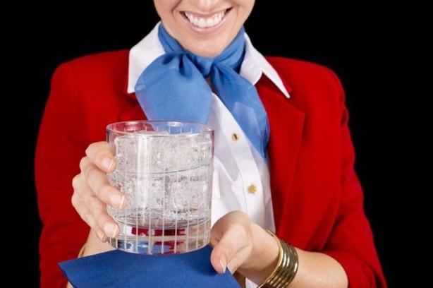 İşte uçuş görevlilerinin uçaklarda su içmemesinin sebebi...