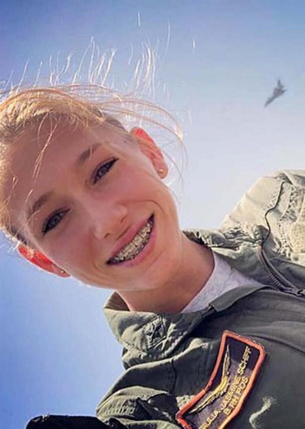 Ülke ayağa kalktı! Ordudaki kadın pilotun görüntüleri depreme neden oldu