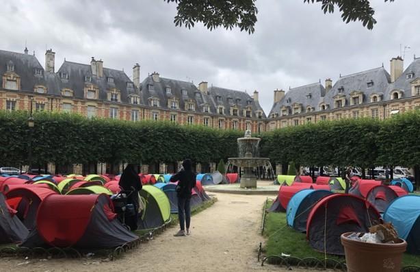 Ünlü meydanlardan birine çadır kurdular! Fransa'da 'onurlu barınma' talebi