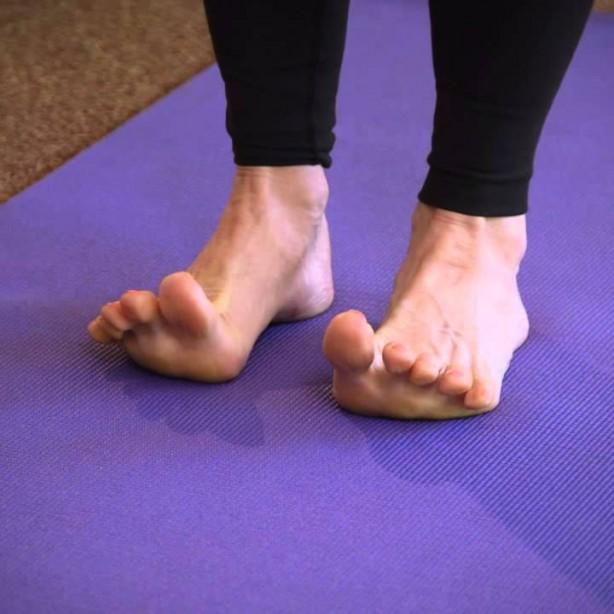 Foto - 2) Ayak parmaklarınızı gerin Ayaklarınız sıcakken, alternatif olarak ayak parmaklarınızı germeye ve gevşetmeye çalışın. Bunu her seferinde 10'a kadar yapın ve sonra uyumaya çalışın. Tüm gerilim vücudunuza yayılacak ve çok daha rahat hissedeceksiniz. Kas gevşemesi adı verilen bu yöntem, uykusuzlukla savaşmak için kullanılan çok iyi bilinen bir tekniktir.