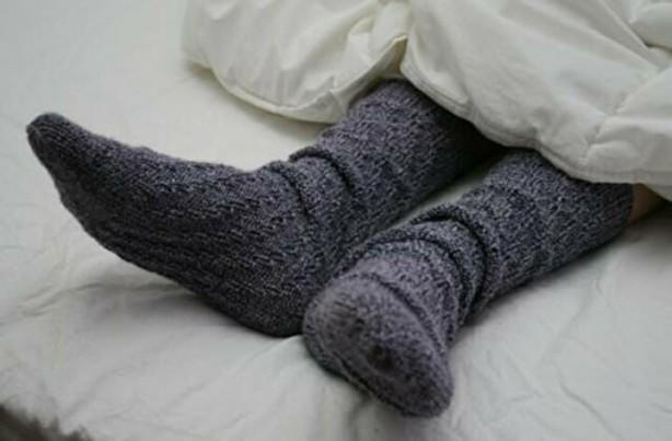 Foto - 1) Çorap giyerek ayaklarınızı sıcak tutun Yatmadan önce pijamalarınız dışında ayağınıza çorap giymeyi unutmayın. Eğer ayaklarınızı sıcak tutarsanız, kan akışınızı doğrudan ekstremitelerinize yani kol ve bacaklarınıza yönlendirirsiniz. Böylece zihniniz, vücudunuzdaki dağıtılan ısı nedeniyle uyumanızı ister. Bu da beyniniz için iyi bir gece uykusuna hazır olduğunuza dair harika bir sinyaldir.
