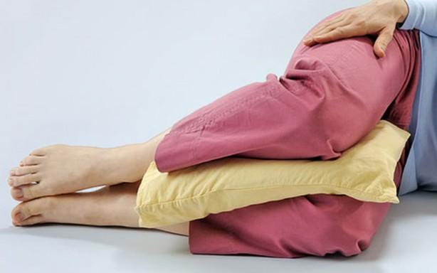 Foto - 8) Dizlerinizin altına bir yastık koyun Yastık sadece baş veya boyun için değildir, aynı zamanda daha iyi bir pozisyonda uyumanıza yardımcı olabilir. Eğer sırt üstü yatarsanız dizlerinizin altına küçük bir yastık koyun. Bu, omurganızdaki stresi azaltacak ve aynı zamanda belinizin doğal kıvrımda olmasını sağlayacaktır. Eğer yan yatarsanız bu sefer dizlerinizin arasına bir yastık koyun. Bu da omurganızın daha hizalı olmasına yardımcı olacaktır. Eğer yan yatarsanız bu sefer dizlerinizin arasına bir yastık koyun. Bu da omurganızın daha hizalı olmasına yardımcı olacaktır.