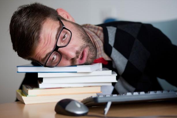 """Foto - 3) Uyanık kalmaya çalışın Daha hızlı uykuya dalmak için tek yapmanız gereken şeyin uyanık kalmaya çalışmak olduğunu biliyor muydunuz? Yapılan bir çalışmaya göre, beyninize uyumak istemediğinizi söylerseniz, isteğinizi tam tersi şekilde yorumlayacaktır. Bu bir paradoks gibi görünebilir, ancak buna ters psikoloji denir. Bu yüzden yatağa uzanın ve kendinize """"Uyumak istemiyorum"""" diye tekrarlayın ve gözlerinizin nasıl kapanmaya başladığını hissedin."""