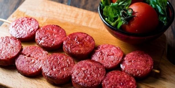 Foto - İŞLENMİŞ, TÜTSÜLENMİŞ KIRMIZI ETLER Bu liste hamburger, sosisli sandviç, sosis gibi yiyecekleri içerir. Genel olarak her gün yenilen kırmızı etin, kanser riskini yüzde 22'ye kadar arttırdığı çalışmalarda gösterilmiştir.