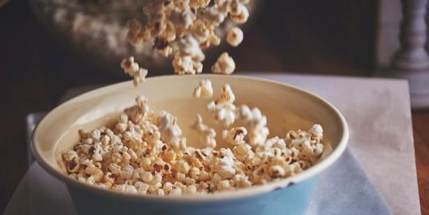 Foto - MİKRODALGADA PATLAMIŞ MISIR Patlamış mısır nispeten sağlıklı bir atıştırmalıktır, ancak onu patlatmak için uygun olmayan yol, sağlığı bozuyor. Mikrodalga torbalarının içinde perflorooktanoik asit (PFOA) adlı bir kimyasal madde olduğunu belirten uzmanlar, birçok çalışmanın, PFOA tüketimi nedeniyle böbrek, mesane, karaciğer, pankreas ve testis kanserlerine neden olabileceğini gösterdiğini söyledi.