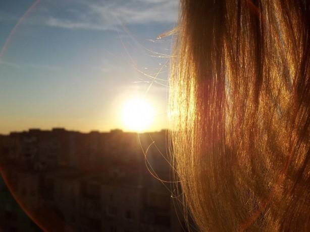 Foto - - Saçlarınızı güneşin zararlı etkilerinden koruyun. Mümkünse dışarı çıktığınızda şapka ya da buna benzer parçalar kullanın.