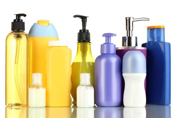 Foto - 6-Kimyasal saç ürünleri ve zararlı boyalar kullanmak Şampuanlardan saç boyalarına kadar çoğu saç ürünü saç beyazlamasına neden olabilir. Bu ürünlerin içinde bulunan zararlı kimyasallar, melanin seviyesini düşürür ve bu da saçlarınızın doğal rengini kaybetmesine yol açar.