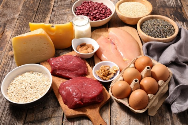 Foto - Her gün yeterli miktarda protein alımı, hastalıklara karşı savunmada ve vücudun bağışıklık sisteminin desteklenmesinde oldukça elzemdir. Başlıca protein kaynakları, et grubu (kırmızı et, tavuk, balık, yumurta, peynir vb.), süt grubu (süt, yoğurt, ayran, kefir vb.), kuru baklagiller ve yağlı tohumlardır.