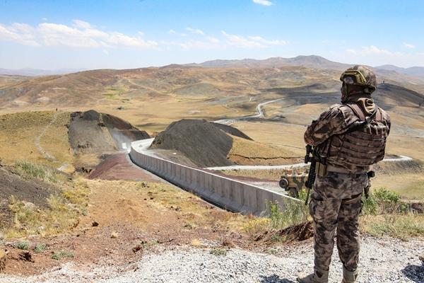Foto - İçişleri Bakanlığımız da diğer illerden bu bölgeye 35 özel harekat timi 50 zırhlı araçla sınır hattında askeri birliklerimize yardımcı olmak üzere bölgeye yönlendirildi. Bunlardan 500'ü Çaldıran'da konuşlandırıldı, 250'si de Saray bölgesinde görev yapacak.
