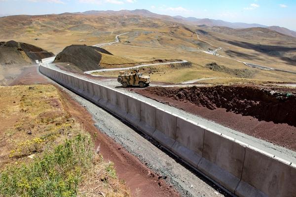 Foto - İlgililerden bilgi alan Bilmez, gazetecilere yaptığı açıklamada, Ağrı sınırından başlayarak 64 kilometrelik modüler duvar inşaatının devam ettiğini söyledi.