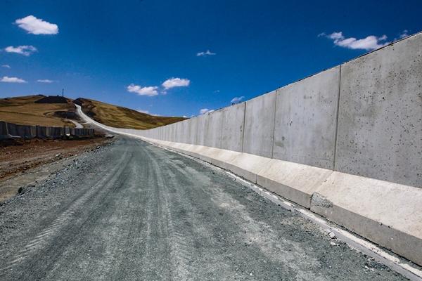 Foto - Duvarın örüleceği 3 etapta da kazı ve dolgu çalışmalarının sürdüğünü anlatan Bilmez, şöyle konuştu: