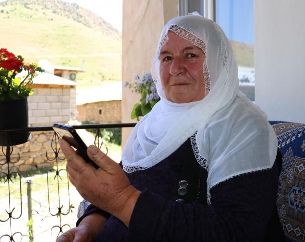Foto - Özellikle kış aylarında tepeye çıkmanın zor ve zahmetli olduğunu belirten vatandaşlar, artık evlerinde oturarak telefonla konuşmak ve internete girmek istediklerini dile getirdiler.