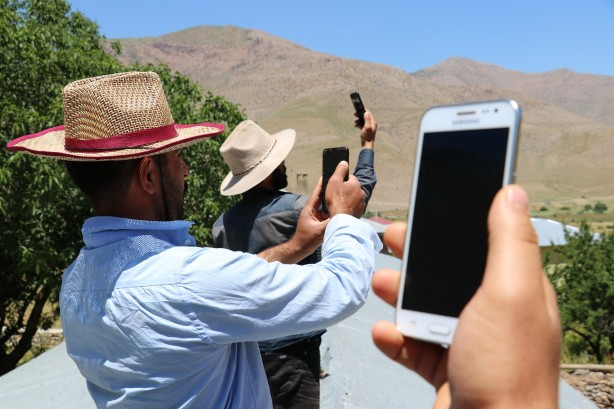 Foto - Van'ın Gevaş ilçesine bağlı Değirmitaş Mahallesi ile Dövecik mezrasında GSM operatörlerinin şebekelerinin çekmemesi nedeniyle vatandaşlar sıkıntı yaşadıklarını ifade etti.