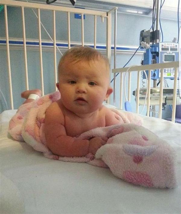 Tiffany ve John 5 aylık bebekleri Ava'nın, bir anda çok fazla uyumaya başladığını, zorla emdiğini ve halsiz olduğunu fark ettiler. Ertesi gün Ava'nın bacaklarında, kollarında ve karnında mora çalan kırmızı lekeler çıkınca hemen hastaneye gittiler.