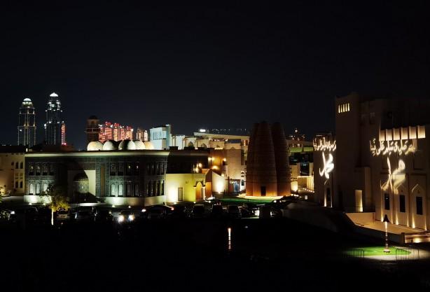Foto - Doha'da yaklaşık 1 milyon metrekarelik alanda kurulu, devlete ait Katara Kültür Köyü'nün duvar ve bahçesi ışıklandırma sistemi kullanılarak Hazreti Peygamber'in ismiyle süslendi.