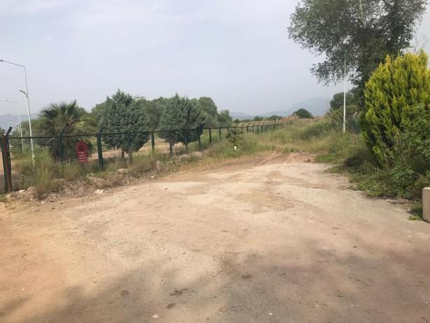 Foto - yenisafak.com'un bölgeden edindiği bilgilere göre; askeri kamp arazisi üzerinde bulunan yapılar yıkılırken, fabrika inşaatı için gerekli olan işlemlere de başlandı.