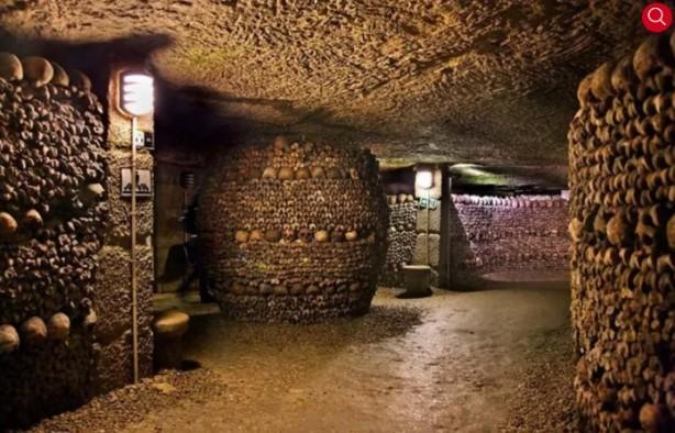 Foto - Fransa / Paris Yeraltı Mezarı Paris'in yer altında bulunan tünelleri ve mağaralarında mezarlar bulunuyor. Mezarların bulunduğu kısım çeşitli kaynaklara göre 300 kilometre uzunluğunda. 18. yüzyıldan bu yana yerleştirilen 6 milyon ölünün kalıntıları hala Paris'in yer altında bulunuyor.