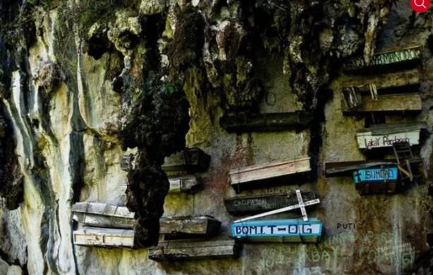 Foto - Filipinler / Askıdaki Tabutlar Burayı, Filipinler'deki Luzon Adası'nın küçük Sagada Köyü'nde bulabilirsiniz. Muhtemelen ülkenin en korkunç yerlerinden biri olan asma tabutlar eski ve ilginç bir cenaze töreninin kanıtı olabilir. Tabutlar uçurumun kenarındaki bir kayalıkta asılı duruyor.