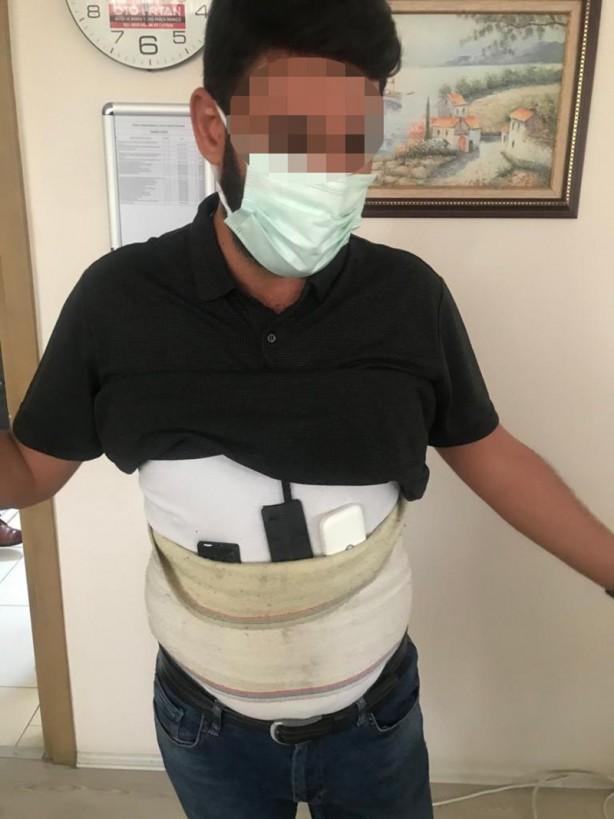 Foto - Alınan bilgiye göre, Fatih Mahallesi'ndeki İl Milli Eğitim Müdürlüğü ek binasındaki yazılı sınav girişinde, adayların üst aramasını yapan görevli polis memuru, T.K. ve M.Y'nin üzerinde, akıllı telefonlar ve kulaklıktan oluşan düzenek tespit etti.