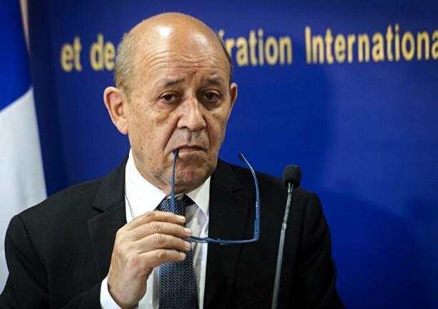 Foto - Yunan gazetesi Kathimerini'de yer alan bir başka haberde, Yunanistan'ın halihazırdaki en önemli müttefiki Fransa'dan Türkiye'yi hedef alan yeni tehditler aktarıldı. Fransa Dışişleri Bakanı Jean-Yves Le Drian, Ankara'yı müzakerelere başlama veya yaptırımla tehdit etti. Fransız bakan Le Drian Türkiye'nin geri adım atmaması halinde 24-25 Eylül tarihinde arasında yapılacak olan AB zirvesinde yaptırım uygulanmasının görüşüleceğini açıkladı. Fransız bakan