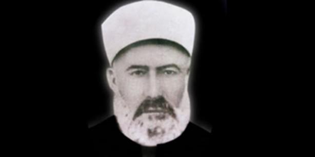 """3 GEMİ DOLUSU ŞAPKA SATIN ALDILAR: Hayatı bu derece zorlu geçen Atıf Hoca, ülkede yeni başlayan kötü yapılanmanın bozukluğu ve Müslümanların şaşkın ve cahil kaldığı bir ortam içinde bu konuda üzerine düşen görev bilinci gereği, Müslümanları bu tehlike karşısında uyarmak ve aydınlatmak için Atıf Hoca 1924'te """"Frenk Mukallitliği ve Şapka"""" isimli bir kitap yazar. Aradan geçen 1,5 yıl sonra yürürlüğe giren yeni kanun maddesi ise şapka kanunu idi, ne tezattır ki halkın savaş ile ülkeden kovdukları İtalyanlardan daha sonra 3 gemi dolusu şapka satın alınır ve bu şapkayı giymeyi de zorunlu kılan kanunlar yapılmıştı. Bu duruma halk ve ulemadan büyük tepki gelmesine rağmen bu karardan geri dönülmüyor ve uygulama kanlı bir şekilde devam ediyordu. Zaten bu uygulama içinde bazı kurbanlar verilecekti ve bu daha öncede dile getirilmişti Mustafa Kemal tarafından."""