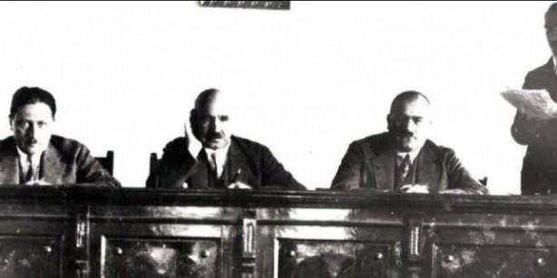HAKİM KEL ALİ İLE ARASINDA GEÇEN KONUŞMA: (K. Z. Genç Osman, Atatürk Ansiklopedisi, İstanbul 1981, X, 67) Daha önceleri de hem Cumhuriyet rejimi tarafından hem de çıkarcılar tarafından damga yiyen Atıf Hoca, Müslüman halk tarafından sevilen sayılan ve saygı duyulan şahsiyet olmasına rağmen 1,5 yıl sonra yürürlüğe giren ve hala yürürlükte olan şapka kanununa muhalefet bahanesiyle tutuklanır. Giresun İstiklal mahkemesinde yargılanarak suç bulunamaması nedeni ile İstanbul'a gönderilir. Ancak bir süre sonra yeniden tutuklanan Atıf Hoca, 26 Aralık 1925'te arkadaşları ile beraber 13 kolluk kuvveti gözetiminde Ankara'ya gönderilir. 26 Ocak 1926 Salı günü Ankara istiklal mahkemesinde yargılanır.
