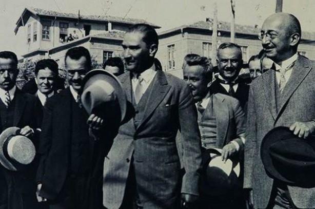"""25 AĞUSTOS 1925 KASTAMONU: M. Kemal 24 Ağustos 1925 tarihinde Kastamonu'ya gitmiş ve Kastamonululara hitaben şu konuşmayı yapmıştı: """"Uygar ve milletlerarası kıyafet, bizim için, çok cevherli milletimiz için lâyık bir kıyafettir. Onu giyeceğiz. Ayakta iskarpin veya fotin, bacakta pantolon, yelek, gömlek, kravat, yakalık, ceket ve tabiatıyla bunları tamamlamak üzere başta siper-i şemsli serpuş. Bu serpuşun adına şapka denir. Redingot gibi, bonjur gibi, smokin gibi, frak gibi, işte şapkamız! İsterseniz bildireyim ki, bu kadar yüksek ve önemli bir sonuca varmak için, gerekirse bazı kurbanlar da verelim!"""""""
