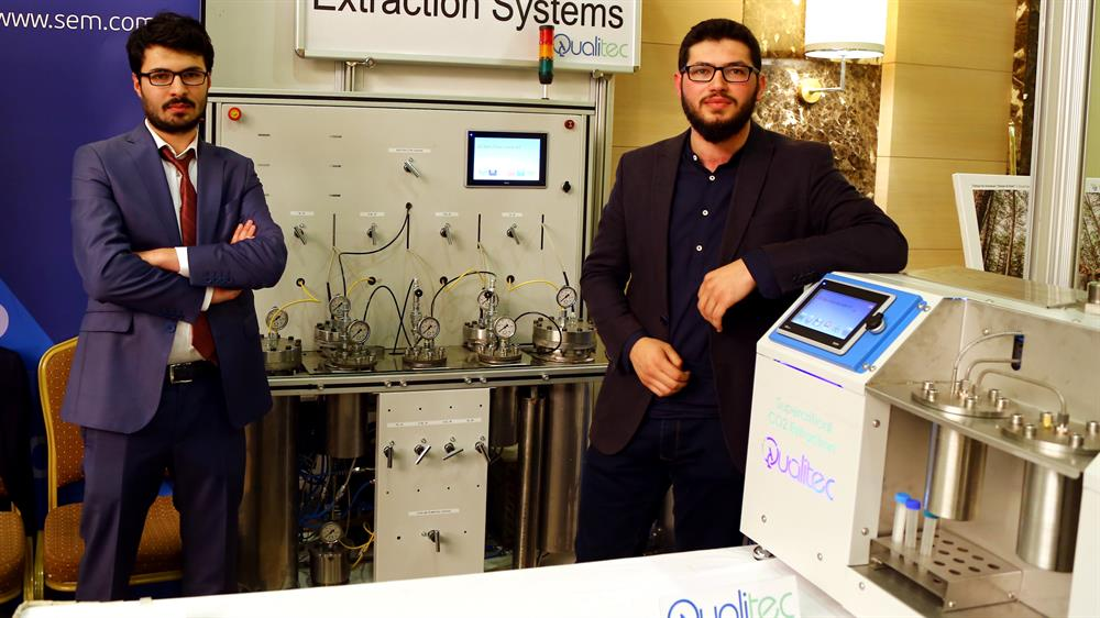 Ali ve Sait Adil Atlıoğlu, süper kritik akışkanlarla bitkisel yağ üretimi yapan bir makine üretti.
