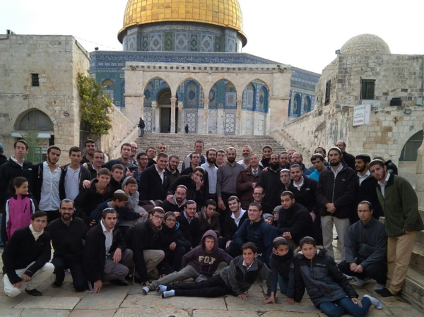 Son dəqiqə: 200-dən çox radikal yəhudi İsrail polisinin nəzarəti altında Məscidi Əqsaya hücum etdi – (Foto)