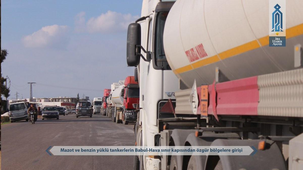 Mazot ve benzin yüklü tırlar Atme sınır kapısından geçerek İdlib kent merkezine doğru ilerledi.