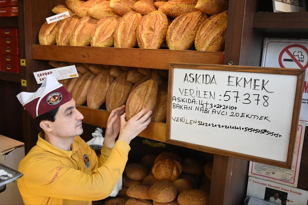 Bakan Nabi Avcı 'Bir ekmek de sen koy kimse aç kalmasın' uygulamasına bağışta bulundu.