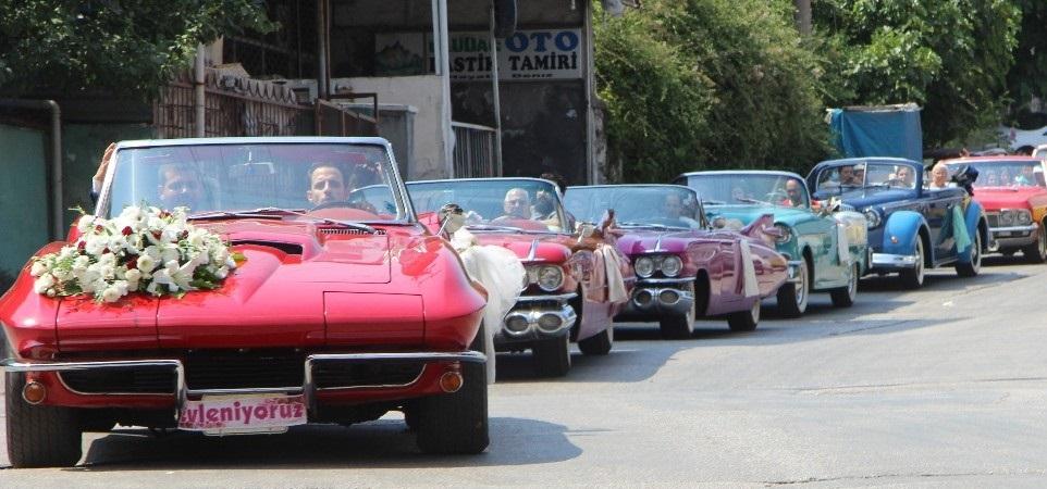 Düğün konvoyuna katılan klasik araçların değeri 2 milyon lira.