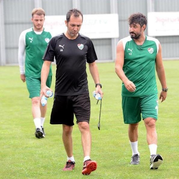 Kilolu görüntüsüyle dikkat çeken Furkan Özçal, geride bıraktığımız sezon Bursaspor formasıyla 29 lig maçına çıkarken, 1 gol 1 asist kaydetmişti.